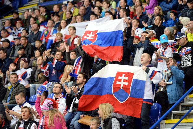 Na snímke fanúšikovia Slovenska v zápase A-skupiny Kanada - Slovensko na majstrovstvách sveta v hokeji hráčov do 18 rokov na zimnom štadióne v Poprade 15. apríla 2017.
