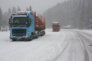 Odstavené kamióny v Dobšinskej Ľadovej jaskyni.