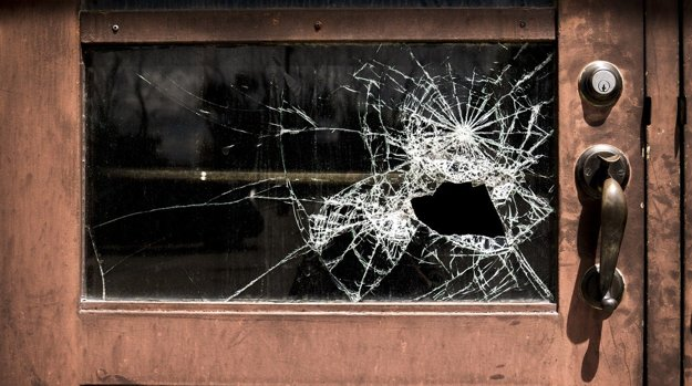 Ani výmena obyčajného rozbitého skla nie je najlacnejšou záležitosťou.