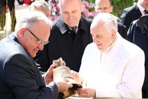 Sládek plzenského pivovaru odovzdáva unikátny dar pápežovi Františkovi.