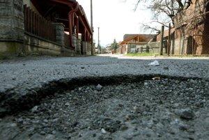 Na stav cesty sa obyvatelia Stromovej sťažujú dlhodobo.
