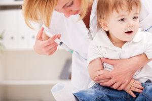 Nezaočkovať svoje dieťa a dostať pokutu alebo zaočkovať a riskovať nežiadúce účinky? Diléma, ktorú rieši nejeden rodič.