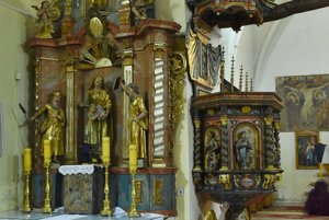 Jeden z bočných gotických oltárov a kazateľnica v Kostole antonitov z konca 13. storočia.