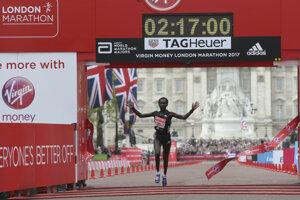 Mary Keitanyová prechádza cieľom Londýnskeho maratónu v novom svetovom rekorde.