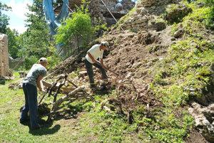Záchranné práce na Muránskom hrade. V obnove ruiny chcú pokračovať aj tento rok.