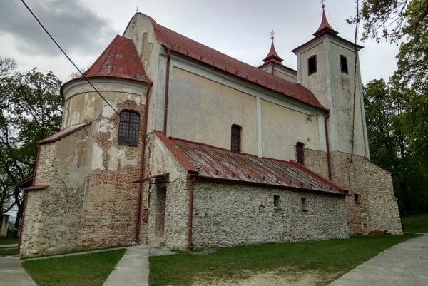Krušovský kostolík. Vsúčasnosti sú múry bez omietok z50. rokov.