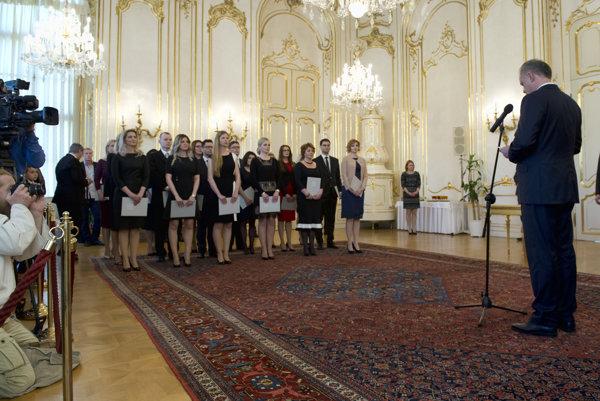 Na snímke vpravo prezident SR Andrej Kiska vymenoval sudcov bez časového obmedzenia v Bratislave 24. apríla 2017.