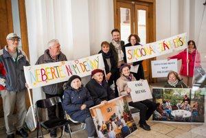 Seniori protestovali proti zániku stacionára na Záhrebskej ulici aj na miestnom úrade Starého Mesta.