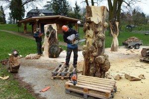 Rezbári sa snažia pokoriť tvrdé agátové drevo.