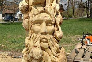 Socha s tvárou starého muža vyjadrujúca múdrosť a úctu k šedinám.