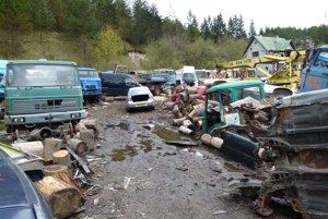 Miestni majú obavu, či zo starých áut nevytekajú do pôdy škodliviny.