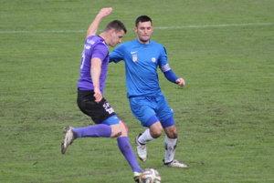 Čadčan Tomáš Tlelka (v modrom) bráni hráča Tepličky nad Váhom.