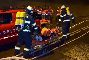 Cvičenie záchranárov v tuneli.