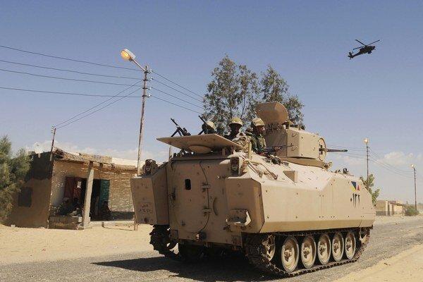 Egyptská armáda sa snaží Sinajský polostrov vyčistiť od islamistov.