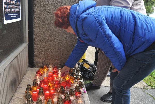 Pozostalí obetí havárie vojenského lietadla AN-24 vracajúcich sa z misie z Kosova, zapaľujú sviečky pred budovou Krajskej prokuratúry v Prešove v rámci brífingu pozostalých.