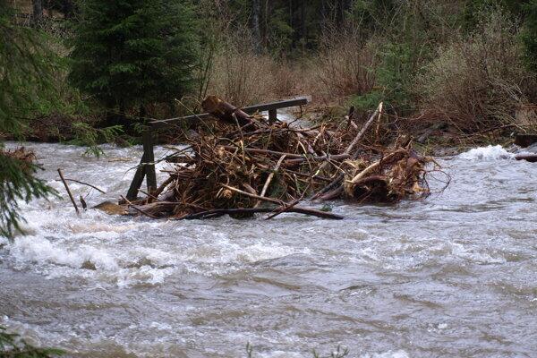 Na mnohých tokoch sa hladina nebezpečne dvíhala-