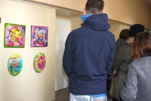 Výstava Deti deťom je inštalovaná na chodbách psychiatrickej kliniky.