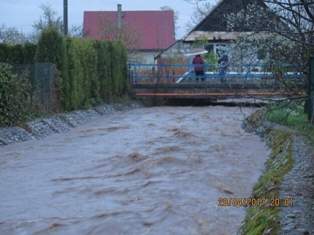 Vo Valči bol v piatok od 20. h do soboty 8. h vyhlásený tretí stupeň povodňovej aktivity.