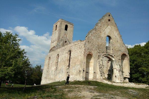 Zrúcanina kostola a kláštora sv. Kataríny Alexandrijskej v malokarpatských lesoch medzi obcami Naháč a Dechtice v Trnavskom kraji.