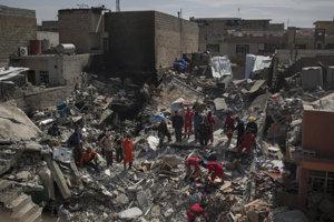 Záchranné tímy vyhľadávajú ľudí v troskách domu, ktorý bol zničený 17. marca v Mósule.