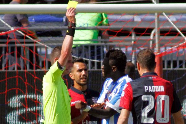 Sulley Muntari dostáva žltú kartu v zápase proti Cagliari.