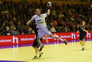 Miroslav Volentics (v bielom) zo Slovenska zakončuje v zápase proti Čiernej Hore.