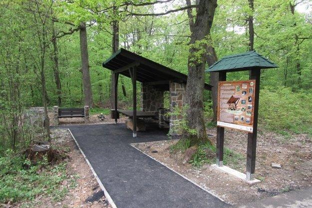 Bezbariérový altán. Projekt má umožniť prístup do lesa aj pohybovo hendikepovaným návštevníkom.