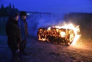 Pestovatelia bojovali s mrazmi aj pálením slamy.
