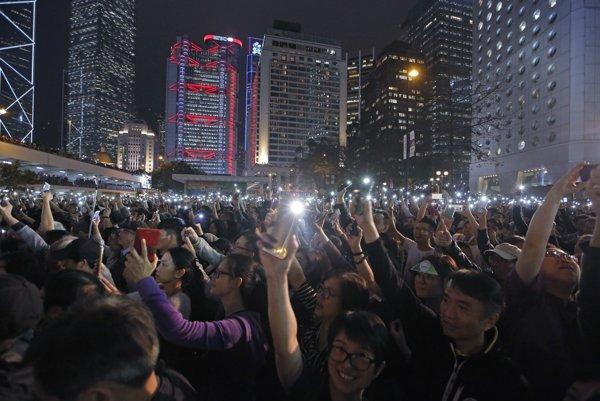 Čína sa obáva vzniku občianskej spoločnosti. Napríklad v Hong Kongu sa proti vládnej moci búri.