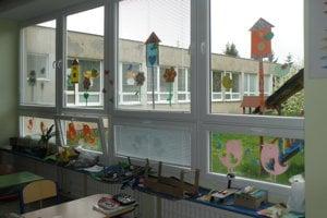 Pestrá výzdoba je na väčšine platových okien v Základnej škole v Hornej Vsi.