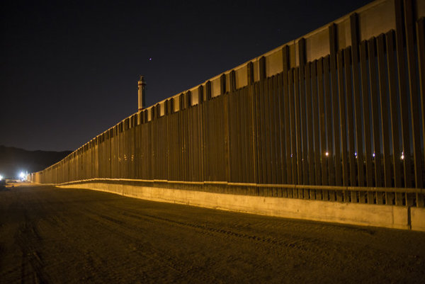Múr na hranici s Mexikom.
