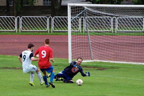Brankár TU Košice Valentín Kateržábek. Inkasoval štyri góly amal čo robiť aj pri ďalších akciách súpera.