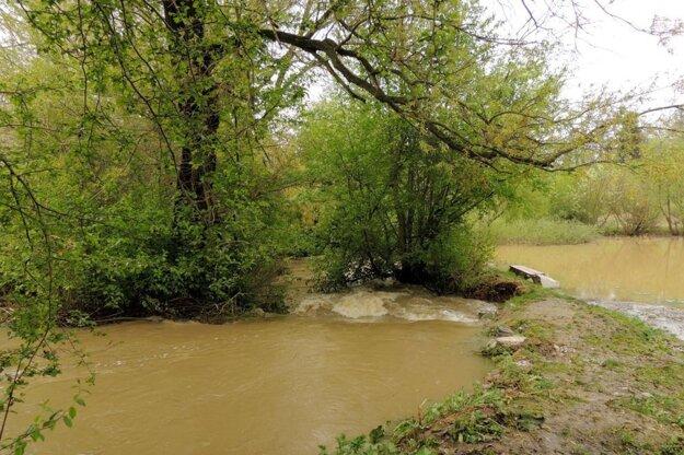 Voda zmarila prácu brigádnikov.