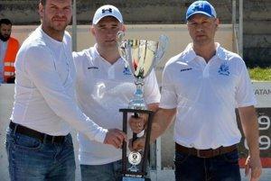Martinčania získali pekný pohár aj za víťazstvo vzákladnej časti. Tréneri Peter Jurošek (v strede) aPeter Petrák si ho prevzali od prezidenta SHbÚ Jozefa Stümpela.