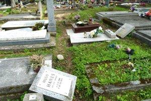 Aj polroka od smršte sú hroby Martinčanov takto zničené.