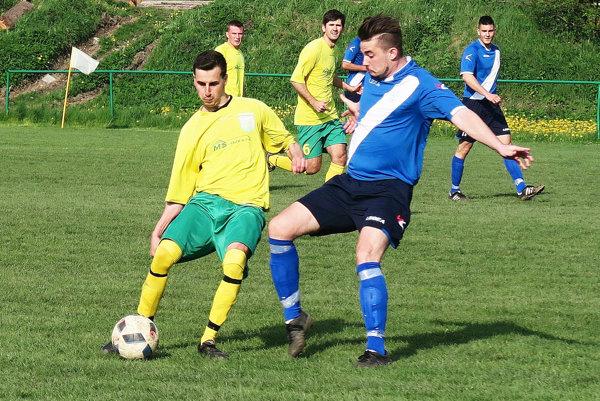 Susedské derby ovládli jasne hráči Oravského Podzámku (v modrých dresoch).