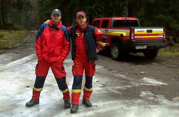 Hasiči záchranári Radoslav Lacko a Peter Toďor.