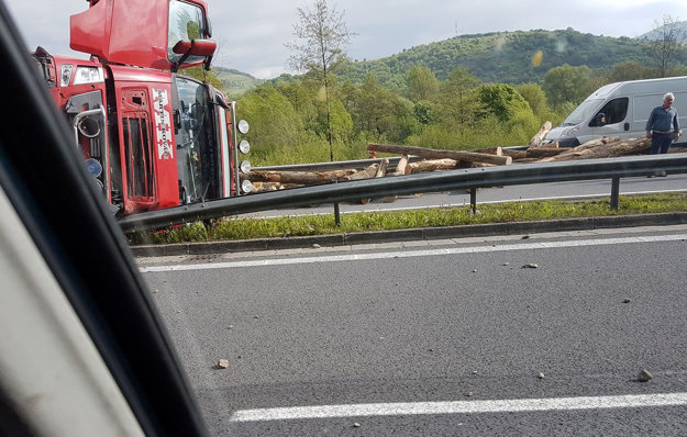 Náklad dreva sa vysypal na cestu R1.