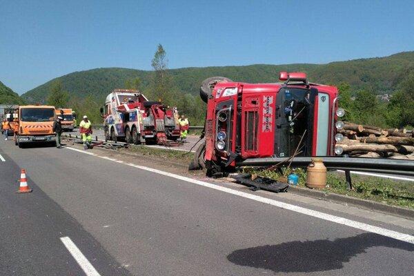 Kamión sa prevrátil na ľavý bok.