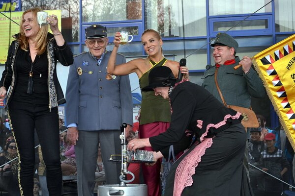 "Chutilo jej. S primátorkou Janou Vaľovou (vľavo) a ""švejkovcami"" narazili aj sud a okoštovali kvalitu piva."