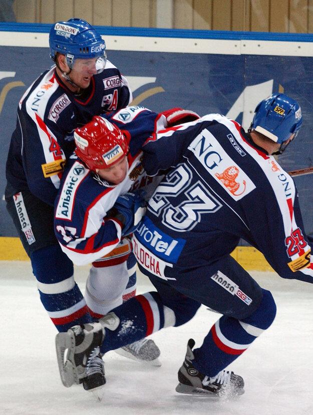 Andrej Razin je bývalým ruským reprezentantom. Na snímke z decembra 2002 čelil na turnaji Baltika Cup aj slovenským hokejistom. Razin (v strede) na fotografii zvádza súboj s dvojicou Martin Štrbák (vľavo) a Ján Zlocha.
