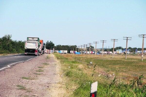 Krym má po ruskej anexii nedostatok všetkého a prosí Moskvu o povolenie voziť tovar z Ukrajiny. Býva to však ťažké - nákladné autá čakajú na hraniciach aj tri dni.
