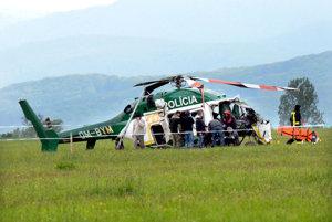 Vrtuľník mal pomáhať. Namiesto toho v ňom našli smrť dvaja muži a dvaja o život bojujú.