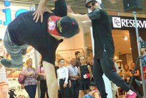 Chalani počas vystúpenia v obchodnom centre.