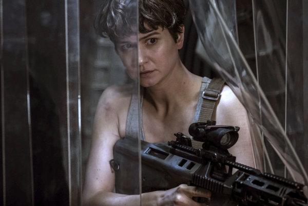 Katherine Waterstonová v snímke Votrelec: Covenant.