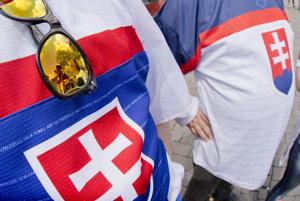 Aj fanúšikovia v slovenských farbách prichádzajú do Lanxess Areny v Kolíne nad Rýnom, aby podporili tím v zápase proti Rusku.