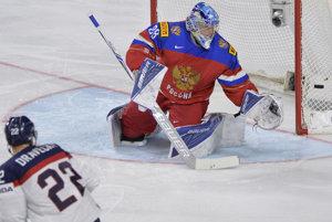 Ruský brankár Andrej Vasilevskij zasahuje po strele Vladimíra Draveckého.