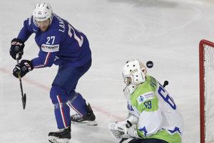 Slovinský brankár Matija Pintarič zasahuje po strele Loica Lamperiera.
