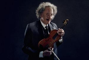 Milovník hudby Albert Einstein v podaní Geoffreyho Rusha.