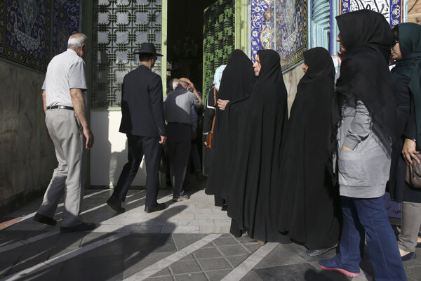 O podporu voličov sa uchádzajú štyria kandidáti vrátane súčasného prezidenta Hasana Rúháního.
